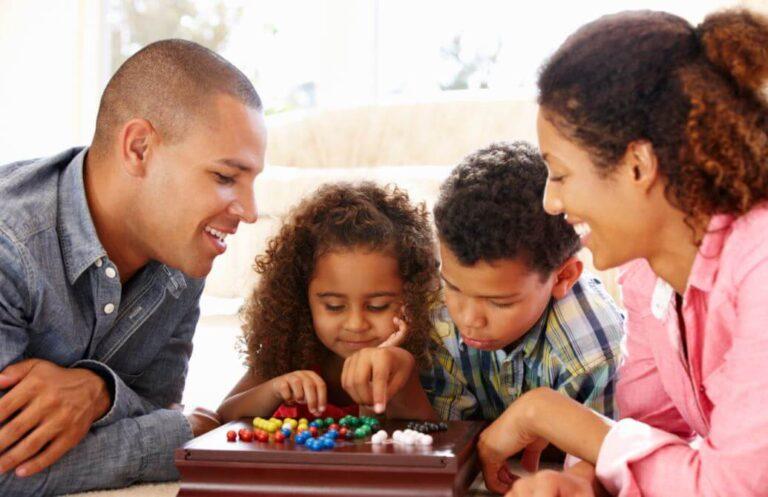 familia-divirtiendose-juegos-de-mesa